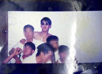 20대 초반 안인득(가운데)과 친구들. [사진 독자]
