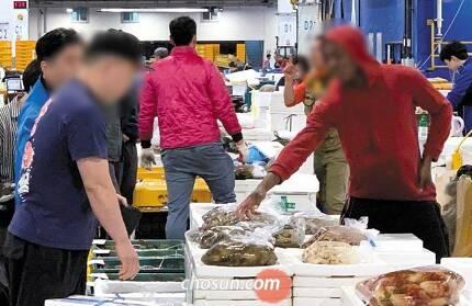 10일 오전 서울 동작구 노량진 수산시장에서 아프리카인 직원이 손님을 응대하고 있다. 현재 이 시장에서 일하는 아프리카인은 20여명에 이른다. /고운호 기자