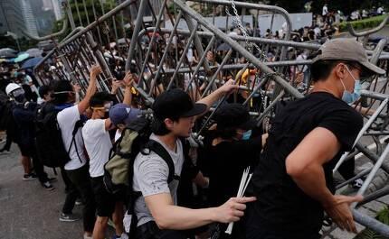 '범죄인 인도법' 반대에 나선 홍콩 시위대가 경찰의 진압 작전을 막기 위해 바리케이드를 치고 있다. [로이터=연합뉴스]