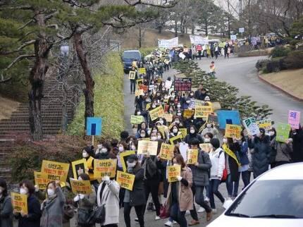 지난 3월15일 전국에서 집결한 상산고등학교 학부모들이 전주시 완산구 상산고 교정에서 전북교육청의 자사고 평가 계획에 반대하는 행진을 하고 있다.(사진 상산고 학부모 제공)