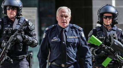 무차별 폭행 피해자가 된 크리스 오네일 호주 빅토리아주 경찰 부청장 (가운데) 호주 일간 시드니모닝헤럴드 홈페이지 캡처 (www.smh.com.au)