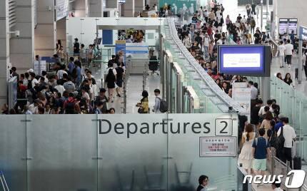 지난 4일 오전 인천국제공항 출국장이 여행객으로 붐비고 있다. /사진=뉴스1