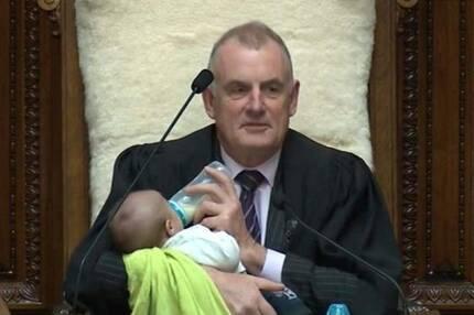 동료의원의 아기에게 분유를 먹이는 트레버 맬러드 뉴질랜드 국회의장[출처: 맬러드 의장 트위터]