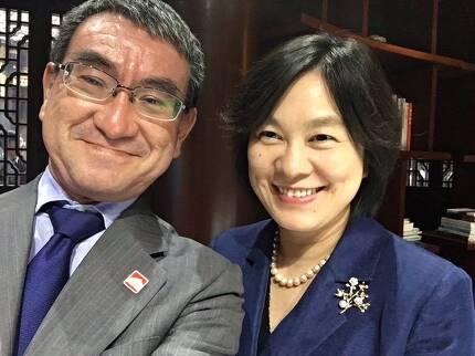 고노 다로 일본 외상이 지난 20일 베이징에서 중국 외교부 화춘잉 대변인과 함께 찍은 사진을 자신의 트위터에 올렸다. [사진=고노 외상 트위터]