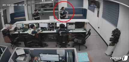 지난 10일 오후 부산 부산진구 개금파출소에서 서병수 경위와 손병서씨가 포옹을 나누고 있다.(부산지방경찰청 제공)© 뉴스1