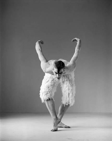1995년 초연 당시 '백조' 역을 맡은 무용수 애덤 쿠퍼. 근육질 남성 백조의 등장은 공연계에 큰 파장을 일으켰다.LG아트센터 제공