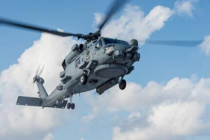 미 해군 MH-60R 해상작전헬기가 필리핀 해역에서 훈련을 진행하고 있다. MH-60R은 해상작전헬기 12대 추가 도입 사업의 유력 후보기종이다. 미 해군 제공