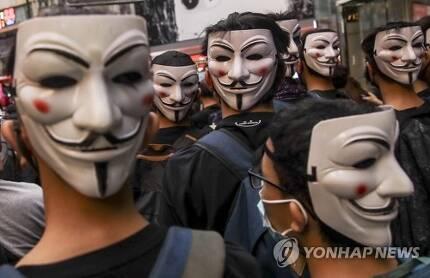 홍콩 시위대, 저항 상징 '가이 포크스' 가면 써 (홍콩 EPA=연합뉴스) 홍콩 정부의 '복면금지법' 시행에 반대하는 시위대가 6일 영화 '브이 포 벤데타'에서 저항의 상징이 된 '가이 포크스' 가면을 쓰고 있다. bulls@yna.co.kr