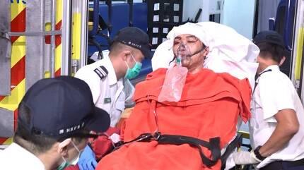 지미 샴 민간인권전선 의장이 16일 오후 괴한에게 쇠망치 습격을 받은 뒤 인근 병원으로 긴급히 후송되고 있다.[AP=연합뉴스]
