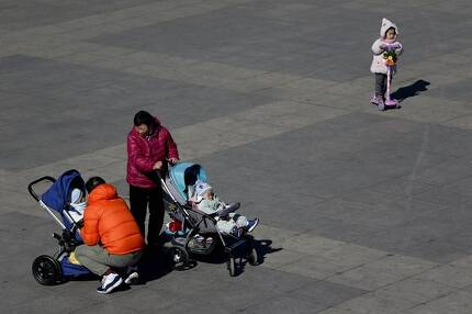 지난 2월 중국 베이징의 한 공원에서 중국 시민들이 유모차에 앉은 아이를 돌보고 있다.(사진은 기사내용과 관련없음.) [AP=연합뉴스]
