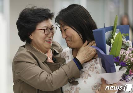 한태순 씨가 18일 오후 인천국제공항 2터미널에서 실종돼 미국으로 입양을 갔다가 44년 만에 가족을 만나기 위해 귀국한 딸 신경하(미국명 라우리 벤더)씨를 포옹하고 있다. 2019.10.18/뉴스1 © News1 안은나 기자