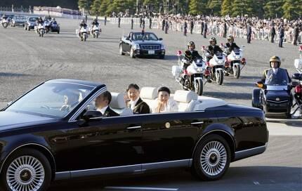 (도쿄 교도=연합뉴스) 나루히토 일왕과 마사코 왕비가 10일 오후 3시쯤 카퍼레이드를 하기 위해 오픈카를 타고 도쿄 왕궁을 출발하고 있다. 오픈카는 도요타자동차의 하이브리드 세단인 '센추리'를 개조한 것이다.