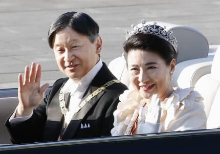 (도쿄 교도=연합뉴스) 나루히토 일왕과 마사코 왕비가 10일 오후 도쿄 도심에서 펼쳐진 카퍼레이드에서 거리의 시민들을 향해 손을 흔들고 있다.