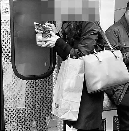 """국내 지하철 객차 안에서 컵라면을 먹는 여성의 모습. 글쓴이는 지난 1일 소셜미디어에 이 사진 을 공개하며""""신분당선에 소고기 라면 냄새가 장난이 아니다""""라고 썼다. /소셜미디어 캡처"""