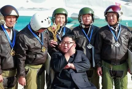 김 위원장이 16일 전투비행술경기대회에서 상장을 받은 조종사들과 기념사진을 찍고 있다.[연합뉴스]