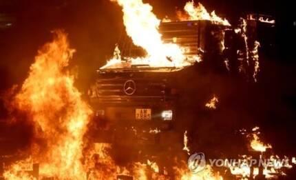 홍콩 시위대가 던진 화염병에 맞아 불타는 경찰 장갑차 [로이터통신=연합뉴스]