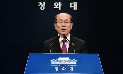 김유근 국가안보실 1차장이 22일 오후 청와대 춘추관에서 한일 군사정보보호협정(GSOMIA·지소미아) 관련 브리핑을 하고 있다.|청와대사진기자단