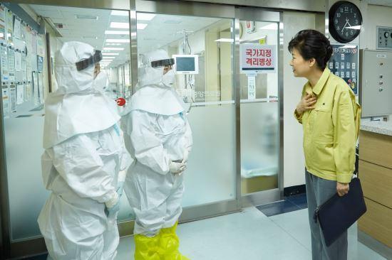 박근혜 대통령은 5일 국가지정격리병원인 서울 국립중앙의료원을 전격 방문했다. 청와대 제공