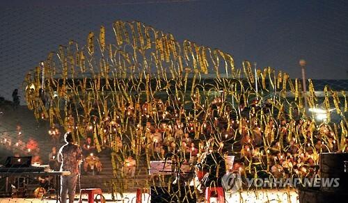 세월호 참사 추모하는 촛불문화제     (제주=연합뉴스) 김호천 기자 = 28일 오후 제주항 연안여객터미널 공원에서 200여명의 시민이 참가한 가운데 세월호 참사 500일 추모 촛불문화제가 열렸다.