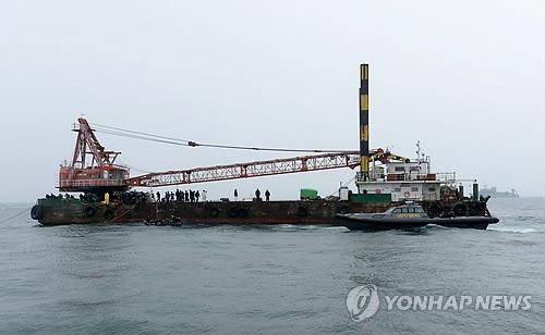 지난해 5월 14일 오후 전남 진도군 관매도 인근 사고 해역에서 실종자 수색이 이루어지고 있다. (연합뉴스 자료사진)