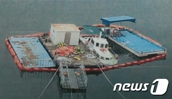 반쯤 잠겨 있는 한국수자원공사 선박(강동원 국회의원실 제공)2015.9.21/뉴스1 © News1