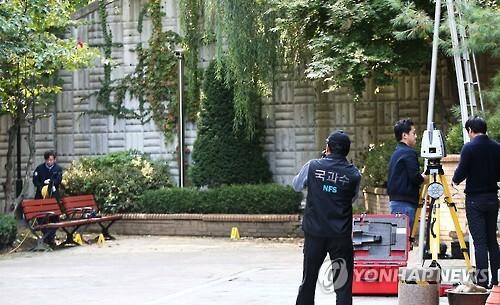 경기도 용인시의 한 아파트단지에서 발생한 '캣맘' 벽돌 사망사건을 수사하고 있는 경찰과 국과수가 지난 14일 오후 사건 현장에서 3차원 스캔 작업을 하고 있다.