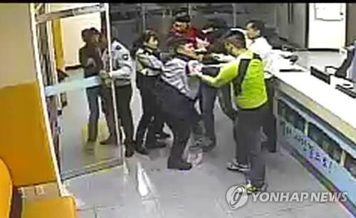 18일 오전 2시, 부산 북부경찰서에 주모 군등 10대 3명이 침입해 절도 미수 혐의로 체포된 친구들을 구하겠다며 난동을 부리다가 경찰에 붙잡혔다. 사진은 당시 폐쇄회로TV 모습.