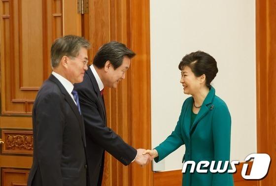 박근혜 대통령이 22일 오후 청와대에서 여야 지도부와 회동, 새누리당 김무성 대표와 악수를 나누고 있다. (청와대) 2015.10.22/뉴스1 © News1 이광호 기자