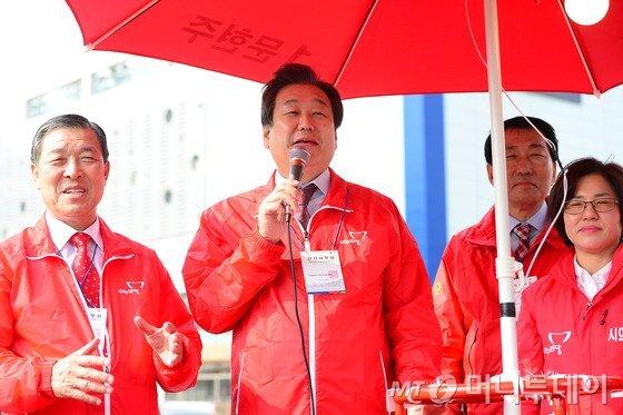 김무성 새누리당 대표가 23일 오후 10·28 재선거가 실시되는 인천 서구 중봉대로 홈플러스 인근을 방문해 문현주 후보 유세를 지원하고 있다. /사진=뉴스1