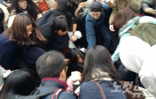 29일 사복 경찰과 물리적 충돌을 빚은 이화여대 학생들. 학생과 경찰이 뒤엉키며 일대 아수라장이 됐다. (사진=김광일 기자)