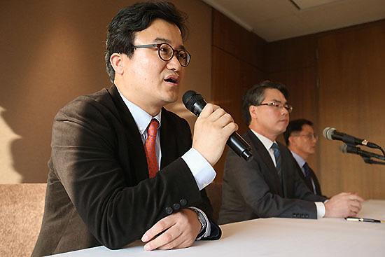 ⓒ연합뉴스 : '올바른 역사 교과서를 지지하는 교수 모임'의 양정호·나승일·김희규 교수(왼쪽부터). 이들은 국정화 지지 교수들의 소속과 전공을 밝히지 않았다.