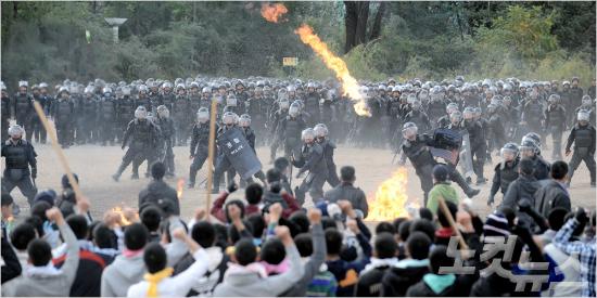 경찰이 화염병, 돌, 쇠파이프 등 극렬시위 상황을 가정해 모의 상황별 대응 진압훈련을 하고 있는 모습 (사진=자료사진)