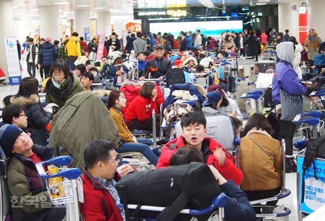 24일 출발 예정된 모든 항공편이 결항된 제주국제공항에 수백명의 승객이 대기 발권을 기다리고 있다. 제주=김형준기자