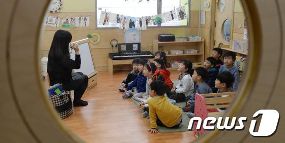 정부와 지방자치단체 간 누리과정(만 3세∼5세 무상보육) 예산 갈등이 빚어졌던 지난해 서울 종로구의 한 어린이집에서 원아들이 수업을 받고 있다. 뉴스1 © News1 허경 기자