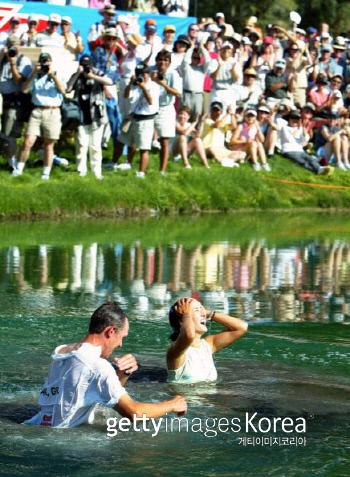 박지은이 2004년 크래프트 나비스코 챔피언십에서 우승한 뒤 캐디와 함께 연못에 뛰어들어 기쁨을 만끽하고 있다. /게티이미지 이매진스