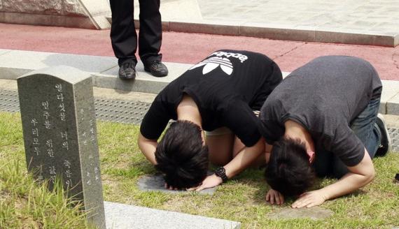 일베 네티즌 5.18 묘지 참배 (ⓒ연합뉴스)