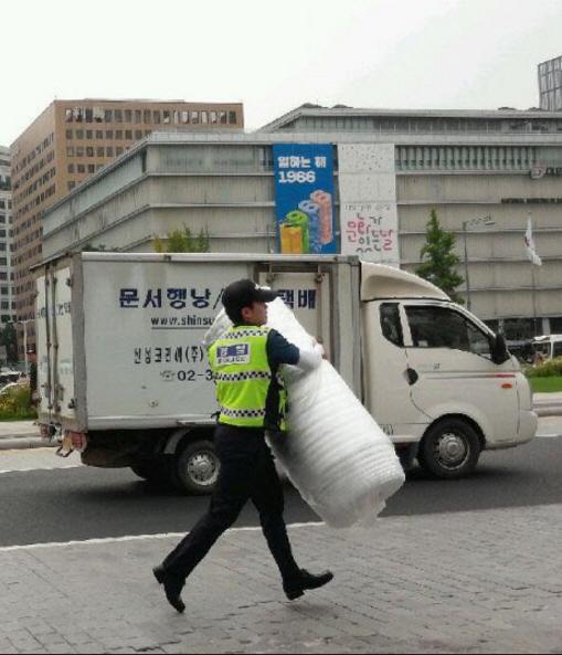 경찰이 세월호 추모용 노란리본과 시위용 깔개를 철거하고 있는 모습. [사진제공=박주민 의원실]