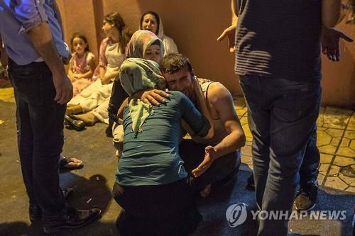 슬퍼하는 테러 희생자 가족들 [AFP=연합뉴스]