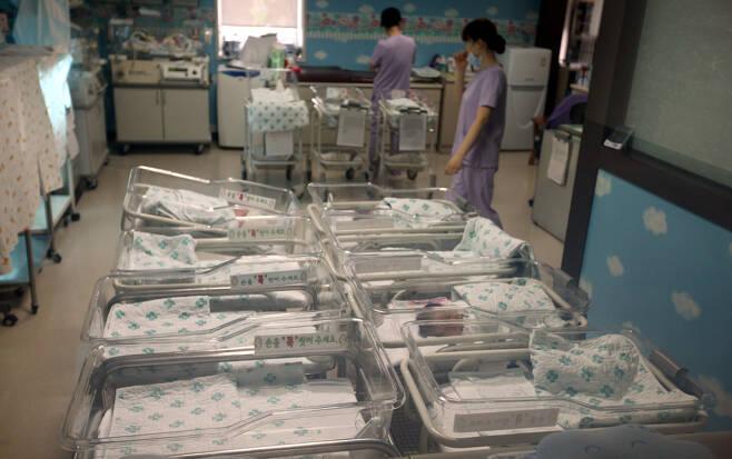 출산율이 세계 최저수준이다. 경기도 일산의 한 산부인과 신생아실에 비어있는 침상이 이를 대변하고 있다. 윤운식 기자