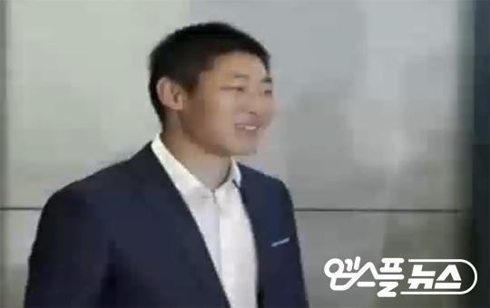 입국장 게이트를 통과하며 미소 짓는 박현준(사진=MBC)