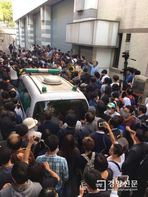 시민들이 백씨 시신을 실은 구급차 주변을 둘러싼 채 장례식장으로 이동하고 있다. 백경열 기자