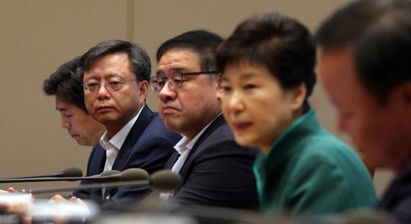박근혜 대통령이 8월29일 오전 청와대에서 열린 수석비서관회의에서 발언하고 있다. 우병우 민정수석(왼쪽 둘째)이 대통령을 바라보고 있다. 청와대사진기자단
