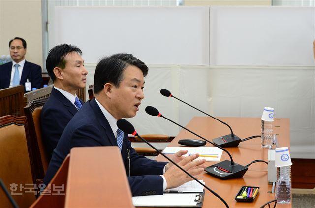 지난달 12일 국회에서 열린 백남기 청문회에서 강신명 전 경찰청장의 의원들 질의에 대답하고 있다. 살수차를 운용했던 경찰관들은 뒷편 하얀색 가림막 안에 들어가 있다. 한국일보 자료사진
