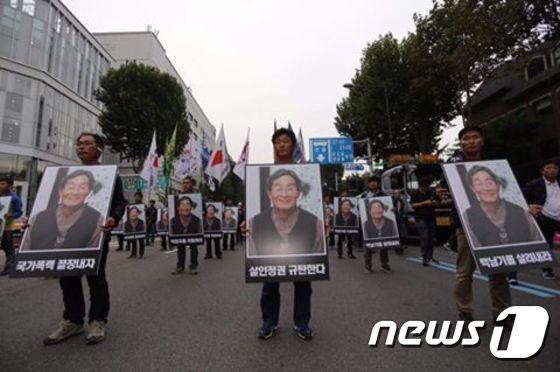 1일 서울 대학로에서 열린 백남기 농민 추모대회' 참석자들이 백남기씨의 사진을 들고 행진하고 있다. (출처: 백남기 투쟁본부 페이스북) © News1