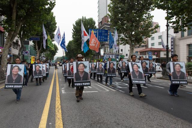 10월1일 서울 대학로에서 열린 '백남기 농민 추모대회' 참석자들이 고인의 영정을 들고 행진하고 있다. 박승화 기자