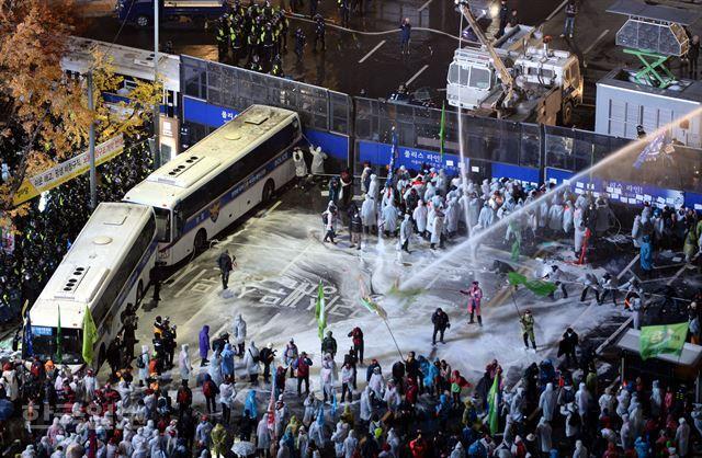 백남기씨가 경찰 물대포에 맞아 쓰러진 작년 11월14일 1차 '민중총궐기' 당시 모습. 한국일보 자료사진