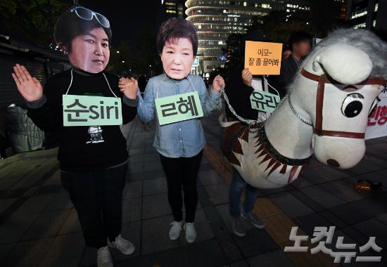 27일 오후 서울 세종로 파이낸스빌딩 앞에서 열린 '최순실 의혹 진상규명 촉구 집회' 참석자들이 퍼포먼스를 선보이고 있다. (사진=황진환 기자)