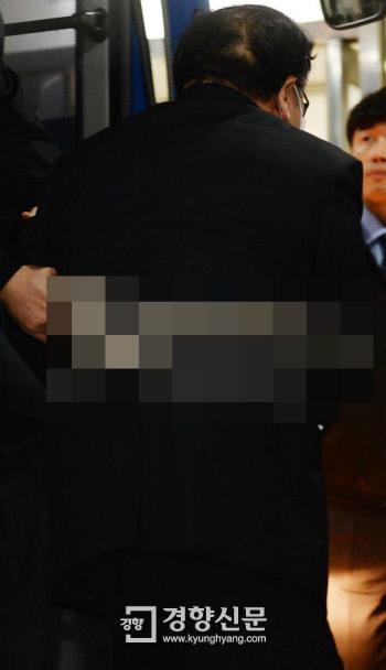 포승에 묶인 채 '최순실 게이트'와 관련, 지난 2일 밤 긴급체포돼 서울남부구치소에 수감된 안종범 전 청와대 정책조정수석이 3일 조사를 받기 위해 서울중앙지검으로 들어서고 있다.  강윤중 기자 yaja@kyunghyang.com