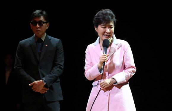 박근혜 대통령이 2014년 8월 27일 서울 종로구 상명아트센터에서 선보인 융복합 뮤지컬 '원데이' 공연에 참석해 인사말을 하고 있다. 이 뮤지컬은 '최순실 게이트'의 핵심 인물로 알려진 차은택(왼쪽)씨가 총연출했다.연합뉴스