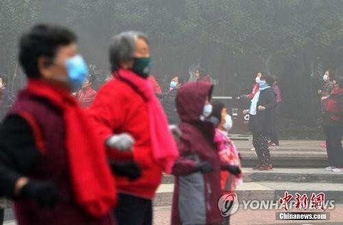 마스크 쓰고 운동하는 중국인들 [연합뉴스 자료사진]